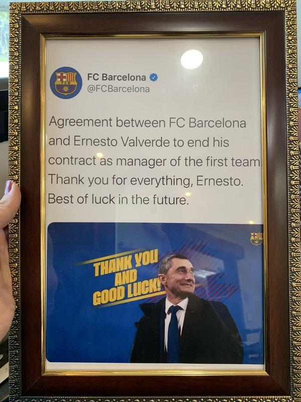 ◆悲報◆バルサ監督解任のバルベルデさん、バルサファンに解任発表ステートメントを額に入れて飾られてしまう