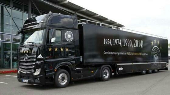◆W杯小ネタ◆ドイツ代表チームベルリンに到着!!-既に祝賀会場には黒山の人だかり-