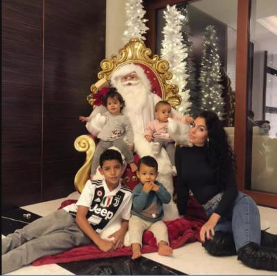 ◆動画小ネタ◆めっちゃキラキラのクリスマス飾りに大喜びするクリロナさんちの双子ちゃんw