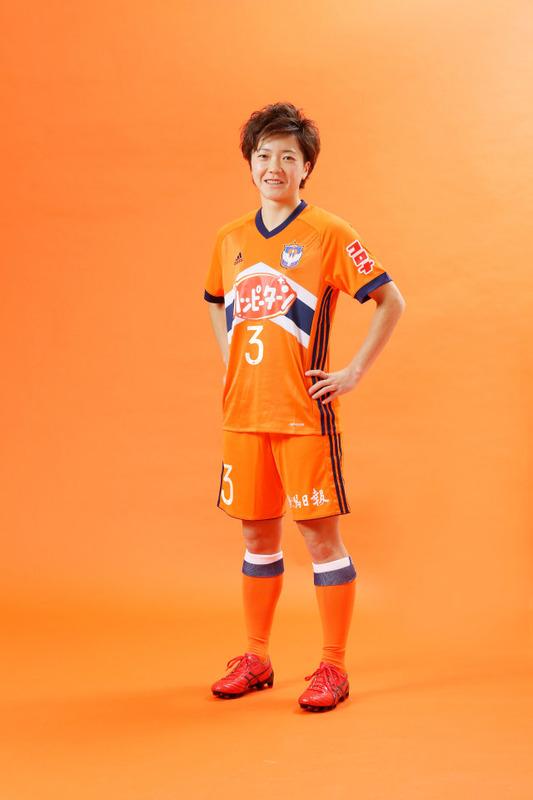 ◆なでしこ◆アルビレックス新潟の女子選手がハッピーターンユニ姿でブロマイド風写真を撮った結果!