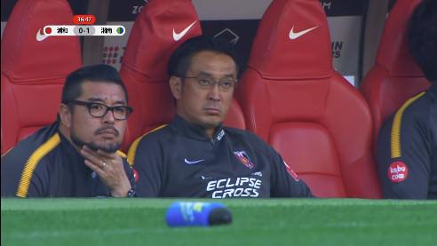 ◆画像◆浦和前指揮官の大槻毅コーチ、今日から再びオールバック解禁し時間とともにどんどんピッチに近づいていく