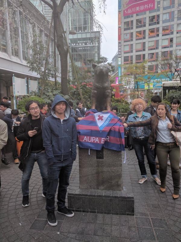 ◆画像◆渋谷ハチ公前で記念撮影する乾貴士、なおあまり気づかれていない模様