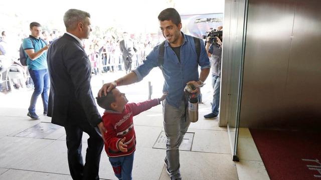 ◆イイハナシダナー◆バルサFWルイス・スアレスさんセビージャ空港到着時に交わした少年ファンとの約束を忘れずユニを持っていきプレゼント!