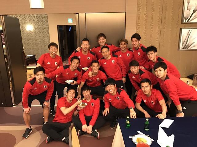 ◆画像◆50Gの岡崎慎司、試合後昌子源にカレーを食べさせてもらう