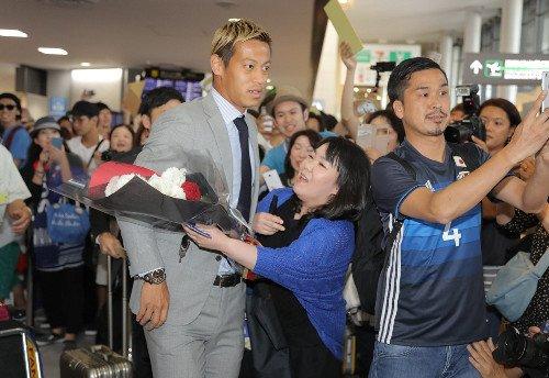 ◆悲報◆本田圭佑帰国、空港でおばちゃんに抱きつかれる(´・ω・`)