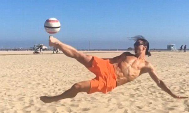 ◆動画◆マンU移籍のスラタン・イブラヒモビッチがLAの海岸でジャンピングボレー!体は引き締まって仕上がってる模様