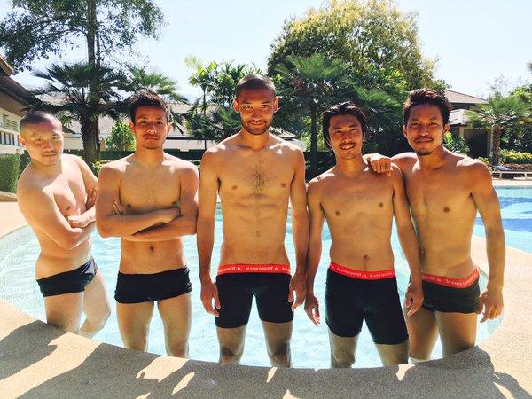 ◆画像◆プールで水着姿でポーズを決める名古屋の面々、安田理大がヤバすぎると話題に!
