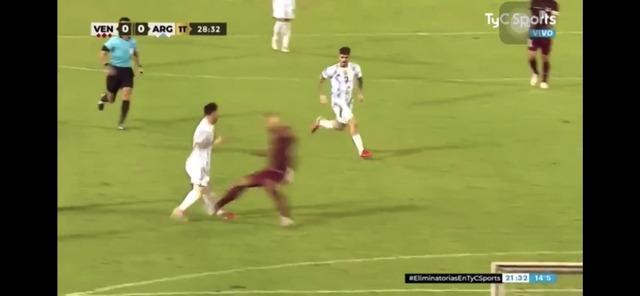 ◆W杯南米予選◆ベネズエラDFマルティネスのメッシへの足裏タックルが酷すぎて草も生えない