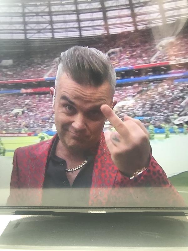 ◆悲報◆ロシアW杯開幕セレモニーで歌ったロビー・ウィリアムス、勢い余ってTVカメラに向かって中指おっ立ててしまう
