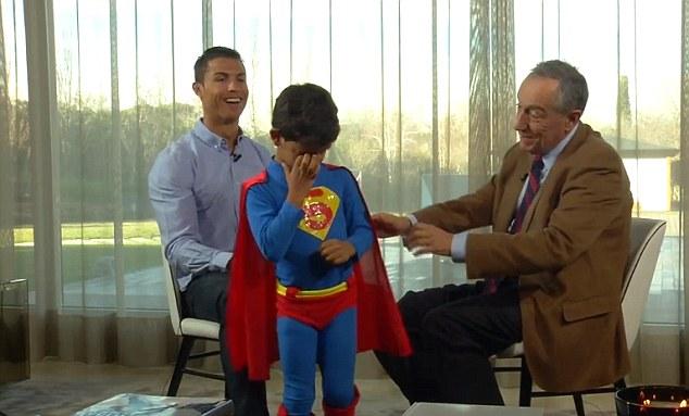 ◆悲報◆クリロナJr.父ちゃんお仕事で寂ちいの・・・全身スーパーマンで乱入