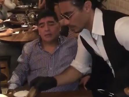 ◆動画小ネタ◆代表がスペインに虐殺される中トルコ人イケメンシェフにメロメロになるマラドーナさんがかわいすぎると話題に!