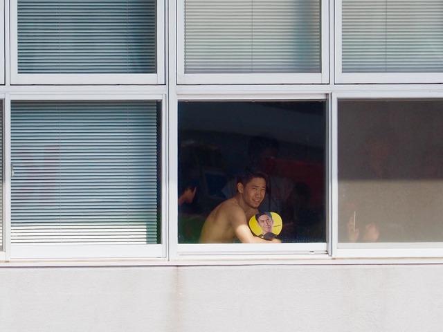◆画像◆裸で自分の顔写真入り団扇で扇ぐ香川真司さん(´・ω・`)