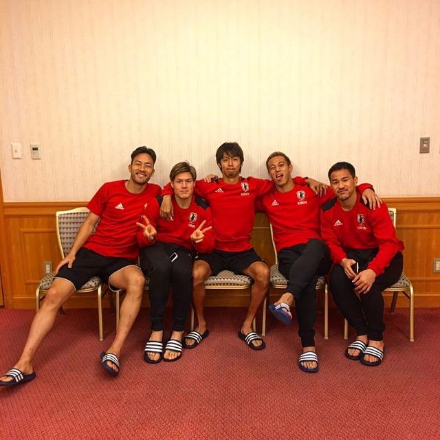 ◆画像◆誕生日の清武を囲んで本田、吉田、高徳、岡崎が小芝居かましてパシャリ!