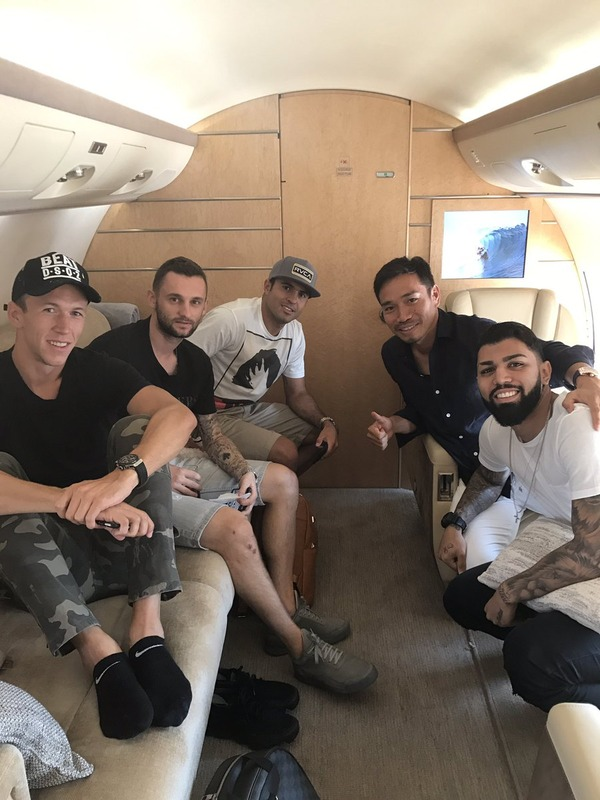 ◆画像◆インテル長友、キャンプへ向かうプライベートジェットの中でチームメイトとパシャリ!長友が一番リア充っぽい(´・ω・`)