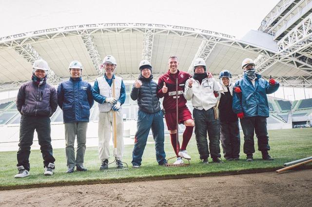 ◆画像◆神戸のキャプテン、ポドルスキが工員さんと一緒にハイブリッド芝工事に参加しててワロタw