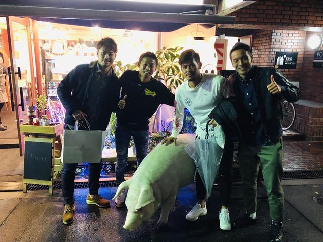 ◆悲報◆神戸に移籍した山口蛍、豚(セレッソの別称)を連れて夜の街を歩く(´・ω・`)