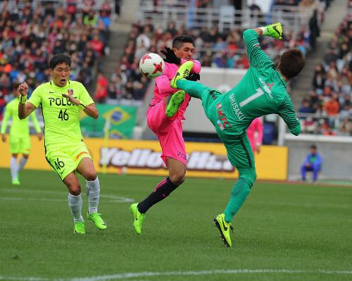 ◆画像◆鹿島PJと浦和西川くんの前蹴り対決を横で痛そうに眺める森脇良太wwwww