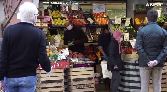◆悲報◆イタリア政府「ピークに達した」国民「やったー!」 → 商店街が人でごった返す