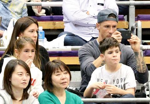 ◆画像◆勝者F・トーレス師匠一家、大相撲九州場所観戦!