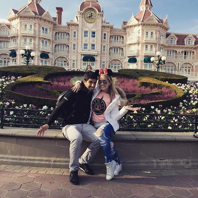 ◆画像◆バルサのスアレスさん、奥さんと一緒にディズニーでハッピーw