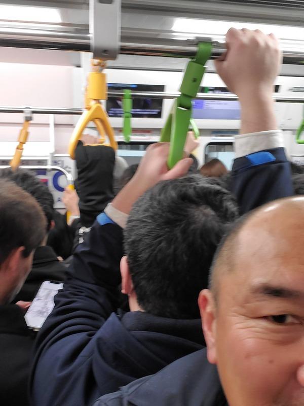 ◆悲報◆名将秋田豊氏、満員電車内で体幹を鍛えつつ自撮りするという暴挙に出る(´・ω・`)
