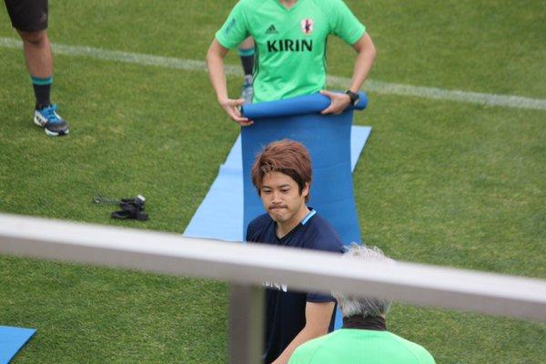 ◆画像◆代表合宿、コーチが内田の等身大ポスターを丸めているようにしか見えない件