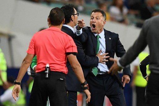 ◆悲報◆メキシコ代表監督オソリオ、NZLベンチに向かって放送禁止用語叫んでる姿がバッチリカメラに捉えられる