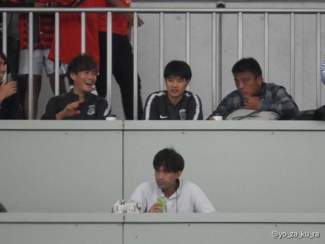 ◆画像◆埼スタの関係者席の小山田の隣になぜか湘南監督チョウ・キジェがいると話題に!