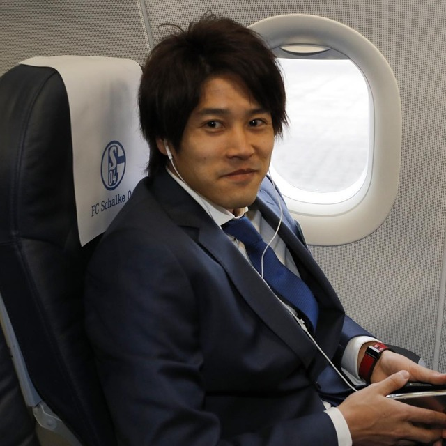 ◆画像◆ELザルツブルク戦に超久しぶり帯同の内田篤人、移動の飛行機の中で不敵な笑み