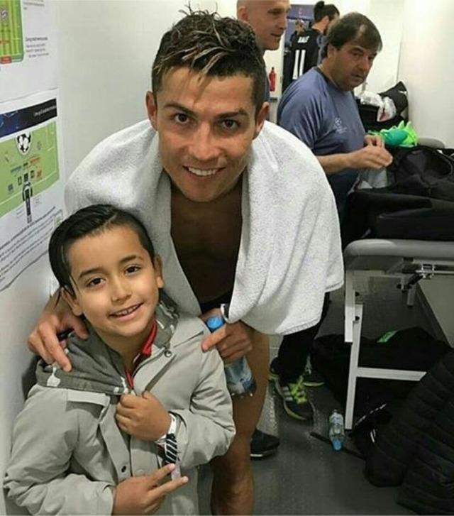 ◆画像◆試合後クリロナと2ショットを撮ったバイエルンMFヴィダルの息子がレアル顔だと話題に!