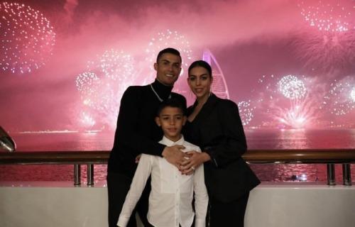 """◆画像◆クリロナさん一家、チームメイトのカンセロらとドゥバイから""""Happy New Year!"""""""