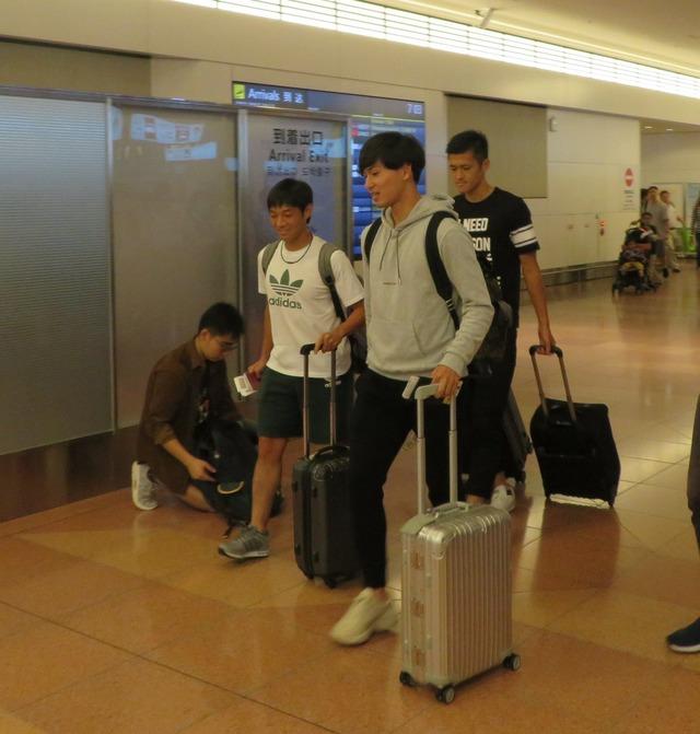 ◆画像◆同便で帰国した南野・新翔さん・モノノフ植田が夏休み旅行の大学生の一行にしか見えない件
