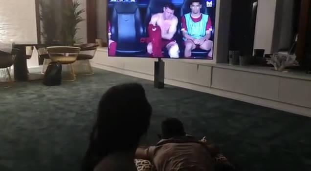 ◆動画◆恋人に足のマッサージをさせながらリバポベンチで着替え中のミルナーをガン見するクリロナさんwww