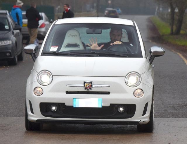 ◆朗報◆マンUGKロメロの愛車は小型車FIAT500、巨体を押し込むように乗り込んでてワロタwwww(なお最近高級車に買い替えた模様)