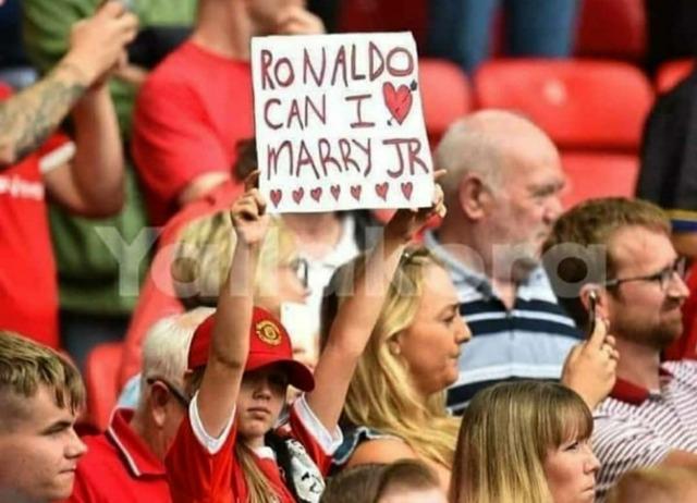 ◆画像◆オールド・トラフォードにロナウドに「Jrと結婚させて!」とおねだりする美少女登場!