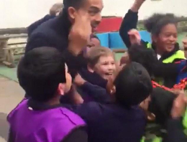 ◆朗報◆アーセナルのテオ・ウォルコット、小学校を訪問したら大人気!もみくちゃにされた結果、怪我を心配される