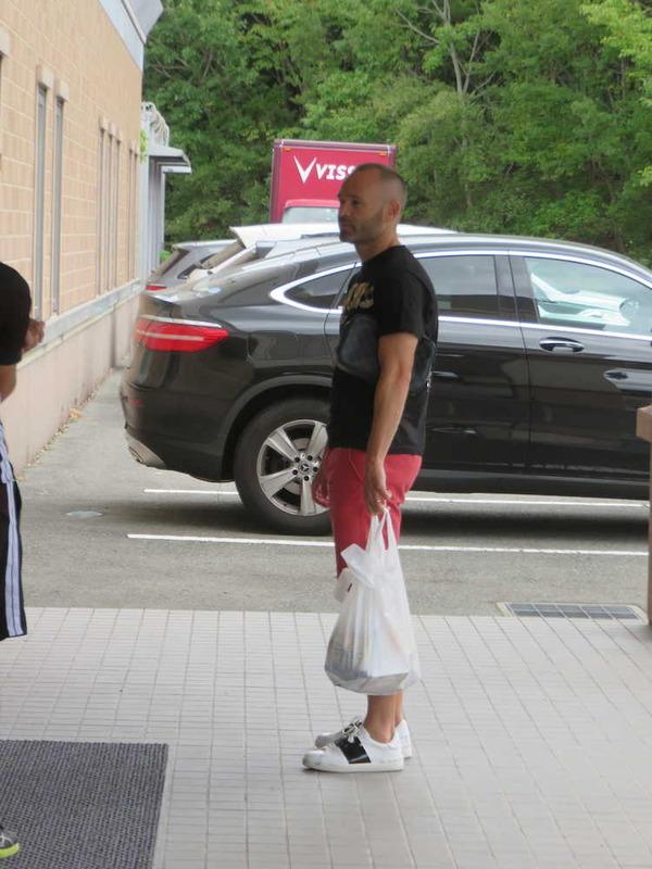 ◆画像◆スーパーの買い物袋を持って佇むイニエスタがパシリにしか見えない件