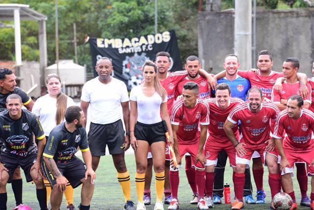 ◆画像◆ブラジルの女性副審がライン際で水分補給した結果www