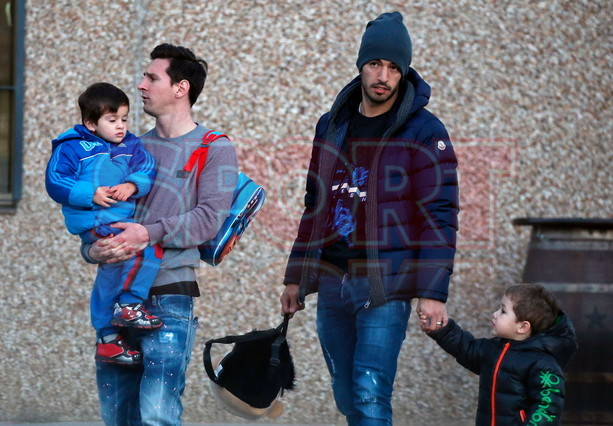 ◆画像◆メッシとスアレス、二人そろって息子を幼稚園へ送迎-スアレス息子のリュックがちょっと変w-