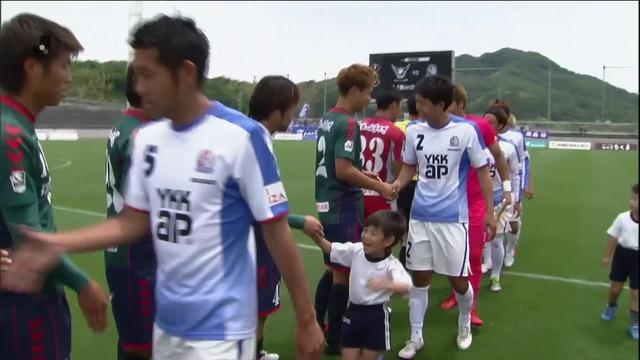 ◆画像◆J3富山の試合前ちっちょい子供が選手に混ざって相手選手と握手しててワロタwww