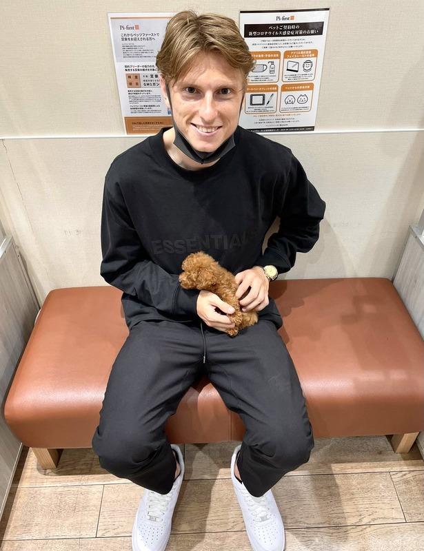 ◆朗報◆恋人と離れて寂しい浦和FWユンカーさん、ペットショップでプードル抱いて癒やされる