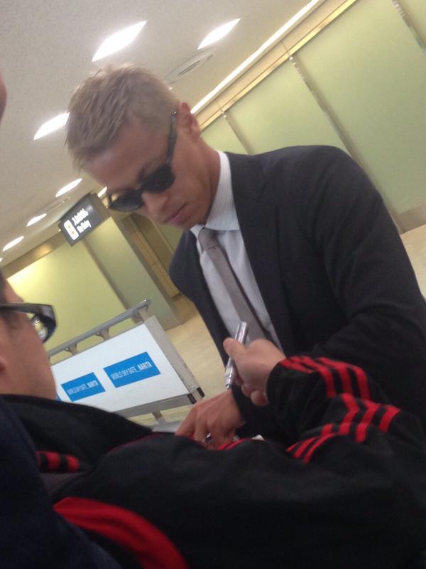 ◆ミラン本田◆帰国、スーツにサングラスで ファンにサインのサービスも