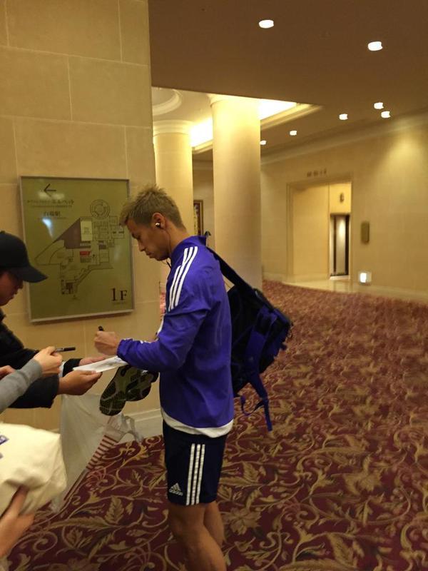 ◆代表小ネタ◆本田圭佑&アギーレ ホテルの通路でファンサービスでサイン!
