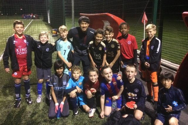 ◆画像◆岡崎慎司、チームメイトのフクスが主催するサッカーアカデミーの練習に飛び入り参加で子どもたちとパシャリ!