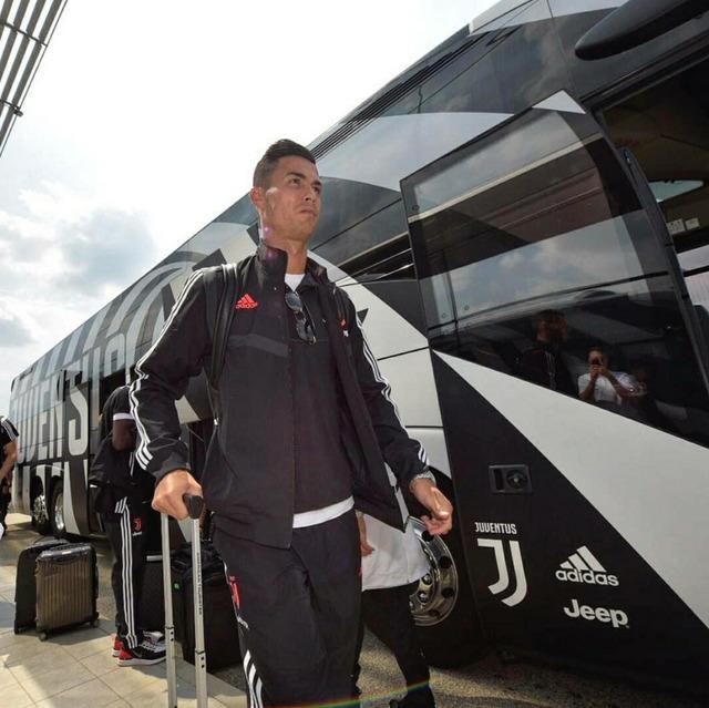 ◆画像◆チームバスに颯爽と乗り込むクリロナさん画像に奇跡のレインボー!
