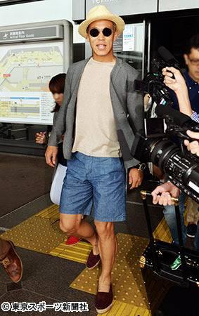 ◆動画小ネタ◆空港を闊歩する麦わら帽子姿の動く本田圭佑wwwwww