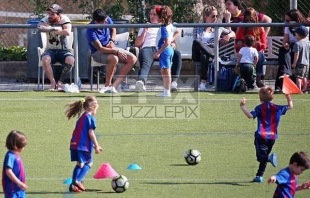 ◆画像◆メッシとスアレス、一緒に子供のサッカーを応援しに行く
