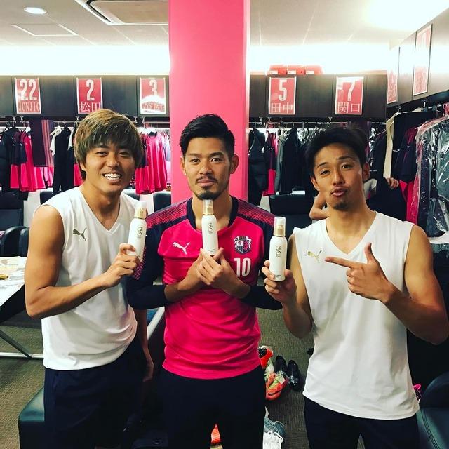 ◆画像◆C大阪の清武弘嗣さん山口蛍さん化粧水をつける!