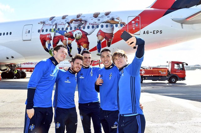 ◆画像◆酒井高徳、チームスポンサーのエミレーツ航空の機体に描かれる