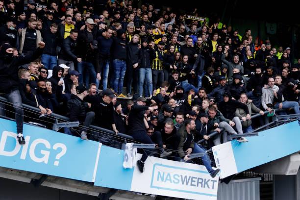 ◆悲報◆オランダのスタジアムの客席、勝利後サポが大喜びでジャンプしすぎてポッキリ折れてしまう(´・ω・`)